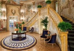Blumige Rotunde im Hotel Taj the Pierre