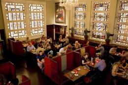 Bewley's Oriental Café ist insbesondere am Wochenende heiß begehrter Ort in Dublin.