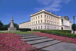 Das Königsschloss liegt in einem wunderschönen Park