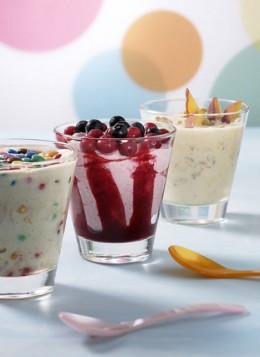 Bunte Desserts mit Joghurt.