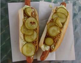 Beim Wettbewerb reicht Brot und Wurst zum Hot Dog