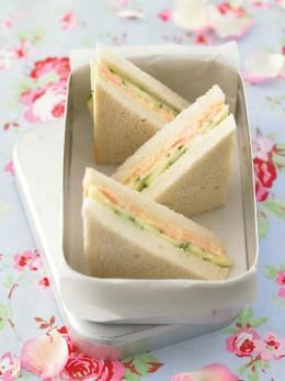 Gurkensandwich mit Lachscreme.