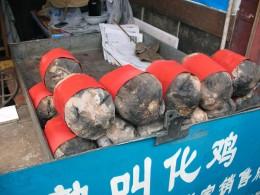 So eingepackt wird das Bettlerhuhn heute in den Straßen Zheijiangs verkauft