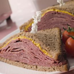 Pastrami-Sandwich mit Sauerteigbrot und Senf ist der Klassiker der Deli Küche