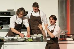 René Redzepi erklärt die Gerichte, die sein Köcheteam zubereitet