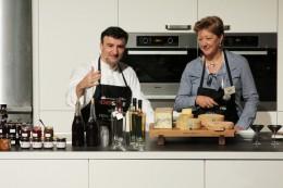 Johannes King mit Martina Metzger-Petersen und ihrem Käse