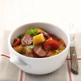 Cabanossi-Gulasch, ein spezielles Eintopfgericht mit Cabanossi