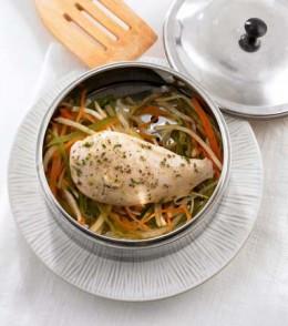 Hähnchenbrust auf Gemüsestreifen.