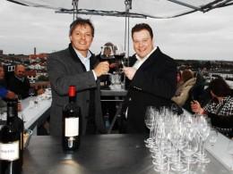 Rechts Inhaber Felix Jäger während eines Weinevents