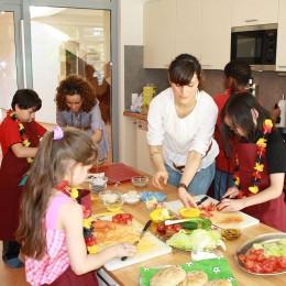 Emsiges Treiben in der Kinder-Koch-Schule