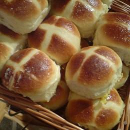 Das Kreuz auf den Hot Cross Buns kann auf unterschiedliche Weise entstehen