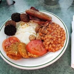 Üppig: englisches Frühstück mit Baked Beans