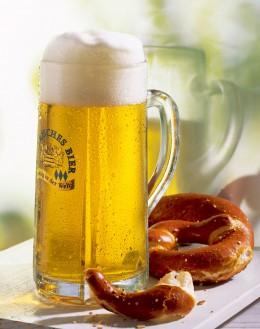 Bayerisches Bier Helles mit Brezel
