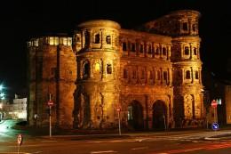 Die Porta Nigra ist ein Trierer Stadttor aus römischer Zeit