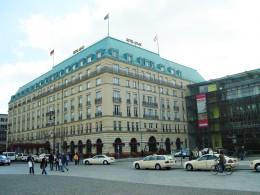 Das Hotel Adlon liegt direkt neben dem Brandenburger Tor