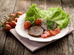 Gegrillte Seitansteaks mit Salat