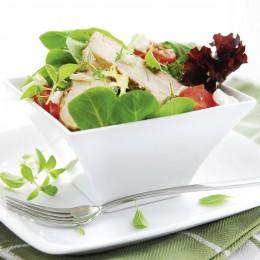 Sommerfrische: Wildkräutersalat mit Meerrettichdressing.