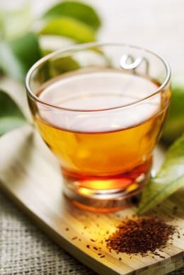 Rooibos-Tee hat eine typisch rötliche Färbung