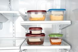 geschlossene Plastikbehälter im Tiefkühlschrank