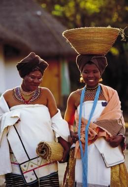 Insbesondere auf dem Land spielt die ethnische Zugehörigkeit, hier Xhosa-Frauen, eine Rolle