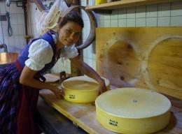 Sarah Wiener bei der Käseherstellung
