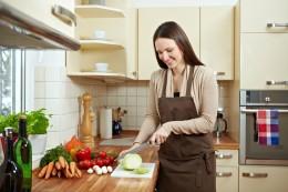 Frau bereitet in der Küche Gemüse zu