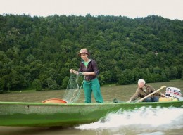 Sarah Wiener am Fischen in der Donau