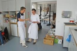 essen&trinken-Köche Jürgen Büngener (l.) und Michele Wolken besprechen, welches Gericht sie zuerst kochen