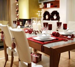 Weihnachten gedeckter Esstisch