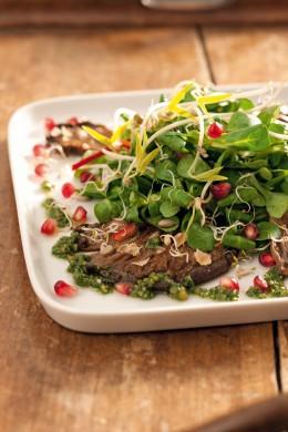 Feldsalat mit gebratenen Austernpilzen und Basilikumpesto