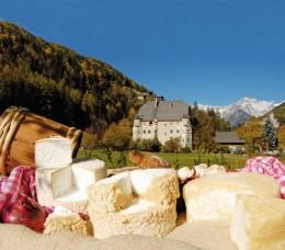 """Käse vor dem Ansitz """"Neumelans"""", eines der Wahrzeichen von Sand in Taufers"""