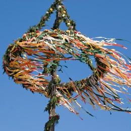 Bunter Maibaum im Wind