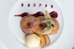 rezept aus dem Buch: Apfelkücherl in Weißbierteig mit Vanilleeis
