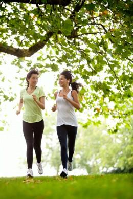 Frauen laufen im Wald