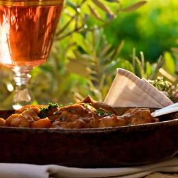 Im Sommer passt ein kühler Rosé besonders gut zu provenzalischen Gerichten