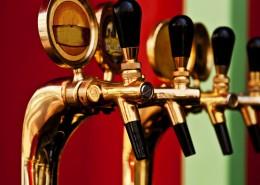 Belgisches Bier kommt aus dem Zapfhahn in eins der vielen verschiedenen Gläser