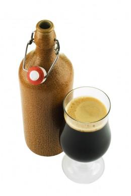 Dunkles Abteibier aus typischer Flasche