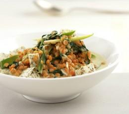 Farbenfroh, nährstoffhaltig und vielseitig: Linsen-Curry mit Reis und viel Gemüse
