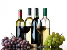Rotweine, Weißweine in Flaschen und Gläsern