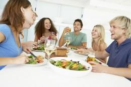 Wer mit anderen speist, isst automatisch langsamer