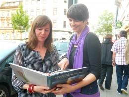 Julia Dautel und Nicole Keller mit ihrem Buch (Shanghai Straßenküchen)