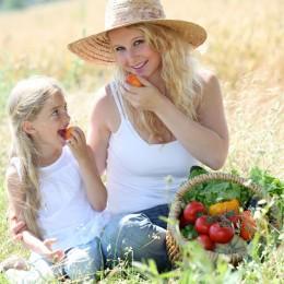 Ein bunter Speiseplan mit viel Obst und Gemüse ist gut für die Haut