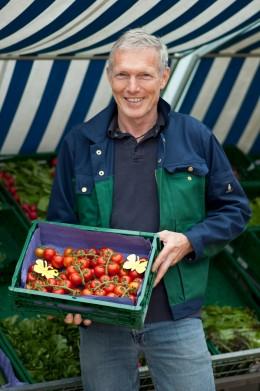 Thomas Sannmann mit Tomaten