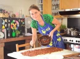Sarah beim Zubereiten von Germteigschnecken in der Küche ihrer Gastgeber-Familie Giordano