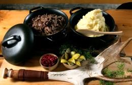 Sautiertes Rentierfleisch mit Kartoffelmus und Preiselbeeren