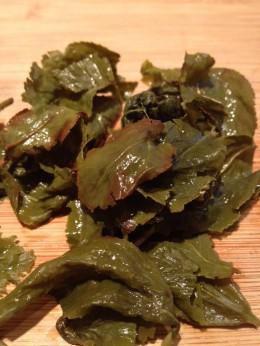 Nach dem Aufguss sieht man bei den Oolong-Blätter den braunen Rand. Dort ist der Tee fermentiert.