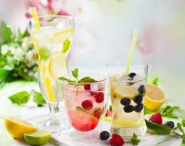 Sommerliche Limonaden mit Beeren und Zitrone