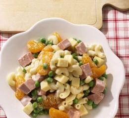 Nudelsalat mit gewürfelter Fleischwurst, Erbsen und Mandarinen