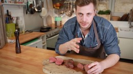 Fabio Haebel zeigt die unterschiedlich gegarten Steaks.