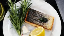 Zu gebratenem Fisch passen Rosmarin und Zitrone.